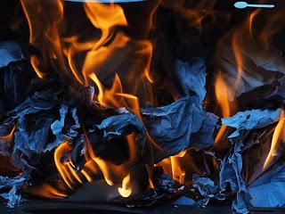 Mengapa Ada Perubahan Warna Pada Kertas Saat Dibakar? Putri Nur Aini