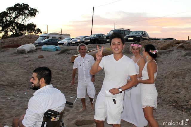 Invitados a boda ibicenca en la playa vestido de blanco