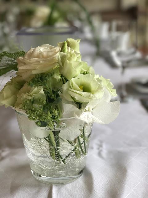 Tischblumen gefüllte Gläser, Regenhochzeit im Sommer am Riessersee Hotel Garmisch-Partenkirchen, Bayern