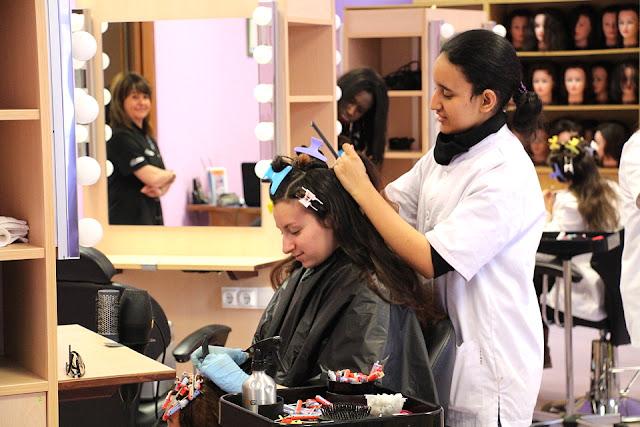 Estudiantes de peluquería en el centro municipal de formación profesional básica en Bturitxa, en Lutxana