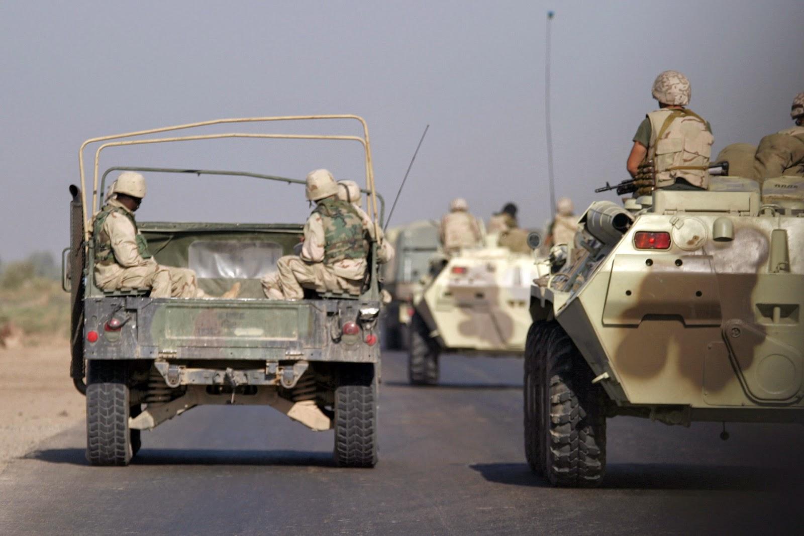 Українські військові спільно з бійцями Корпусу морської піхоти США здійснюють патрулювання під час Війни в Іраку