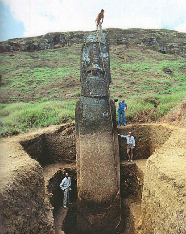 Excavaciones en la Isla de Pascua: en la fotografía se aprecian las verdaderas dimensiones de un moái.