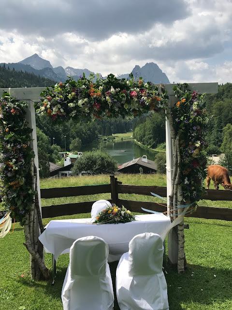 Freie Trauung Berghochzeit, Bunte Wiesenblumenhochzeit im Riessersee Hotel Garmisch-Partenkirchen, heiraten in Bayern, zwei Bräute, Regenbogen