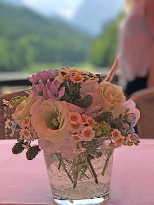 TIschblumen Berghochzeit, Trachtenhochzeit in Himmelblau und Weiss, heiraten auf der Zugspitze, feiern im Riessersee Hochzeitshotel in Garmisch-Partenkirchen, Hochzeitsplanerin Uschi Glas