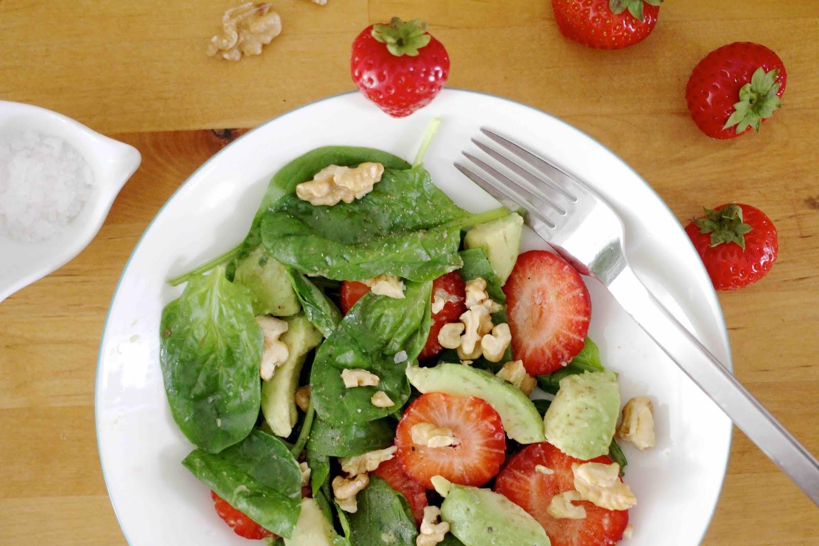 Spinatsalat mit Erdbeeren, Avocados und Nüssen