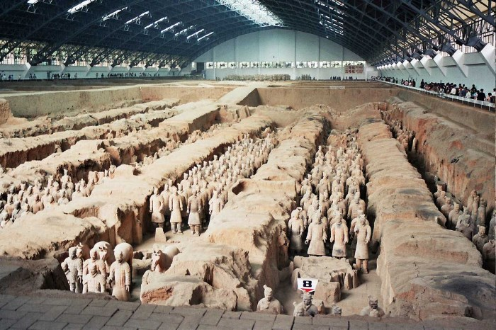 Top 10 Famous Tombs in The World The mausoleum with the terracotta army of Emperor Qin Shi Huang - China