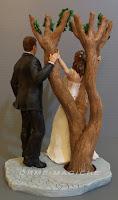 statuetta torta nuziale con albero sposini realistici personalizzati cake tops orme magiche
