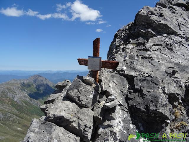 Ruta Peña Ubiña por la Arista Norte: cruz en la arista norte