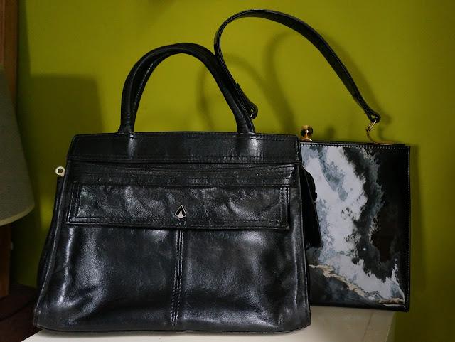 un sac en cuir des années 70 , un en cuir verni des années 60  70s black leather handbag , 60s patent leather bag