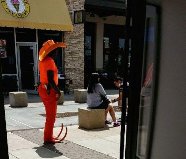 Gente con atuendos fuera de lo común en público.