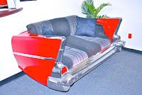 sillon rojo hecho con parte de un carro