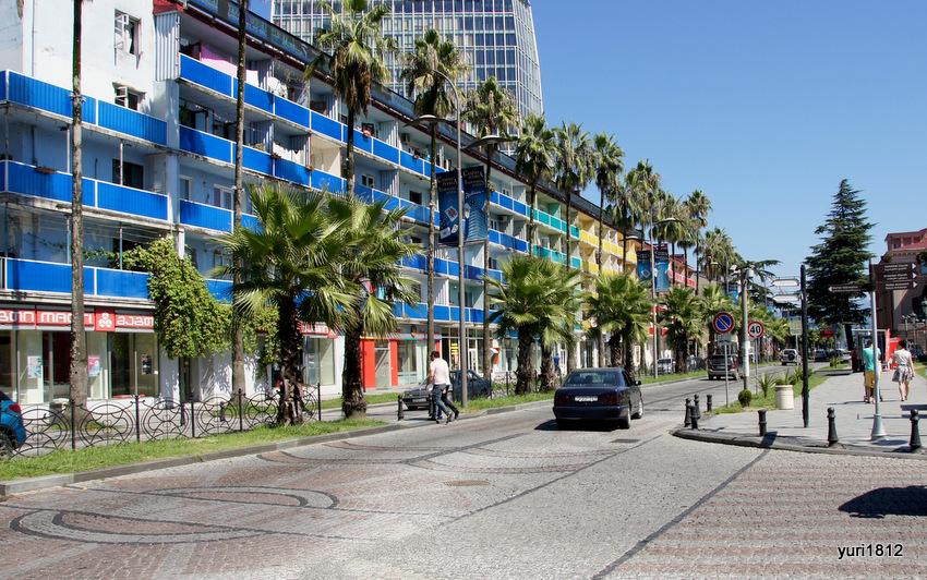 Дом с сине-зелено-желто-красными балконами