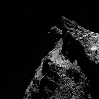 комета 67P / Чурюмова-Герасименко виглядає як скелястий космічний кіт