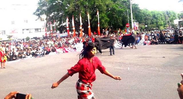 Ini Penampakan 'Demo Bantengan' Tuntut Sandi Sujud di Makam Mbah Bisri