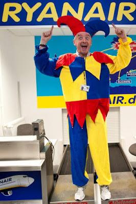 Michael O'Leary vestido de bufon con los colores de la aerolinea
