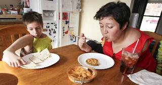 Μητέρα και γιος κάνουν τα πάντα χωρίς χέρια: Η ζωή αλλιώς, σε μια οικογένεια που τα καταφέρνει παρά τις δυσκολίες!