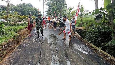 Rebutan Untuk Bersihkan Jalan TMMD