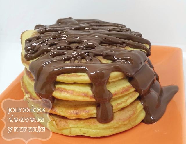 Pancakes o tortitas de avena y naranja con chocolate por encima merienda o desayuno saludable para peques