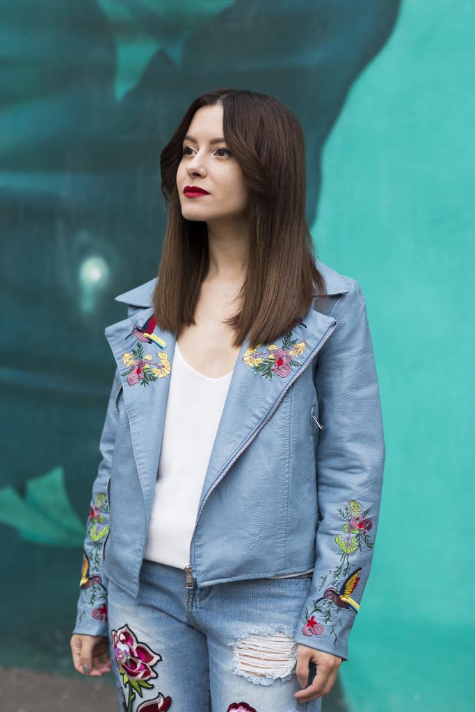 jacheta de piele de culoare albastra