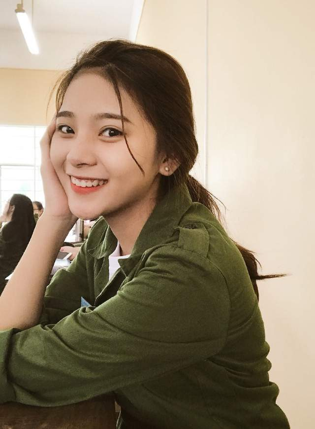 Bức ảnh nữ sinh xinh đẹp đi học quân sự khiến bao chàng say đắm - Ảnh 4