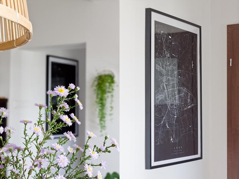 Plakat z mapa, mapa na ścianie, plan miasta Łodzi, czarna mapa na ścianie, kwiaty, lampa z kosza, lampa diy, czarny plakat