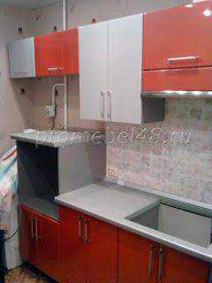 Кухонная мебель серый и красный металлик
