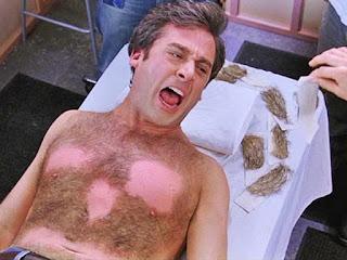 Protagonista de Virgen a los 40 grita de dolor porque le están depilando el pecho velludo con cera. Escena graciosa