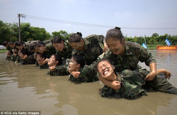 Pramugari Ini Jalani Latihan Seperti Tentera