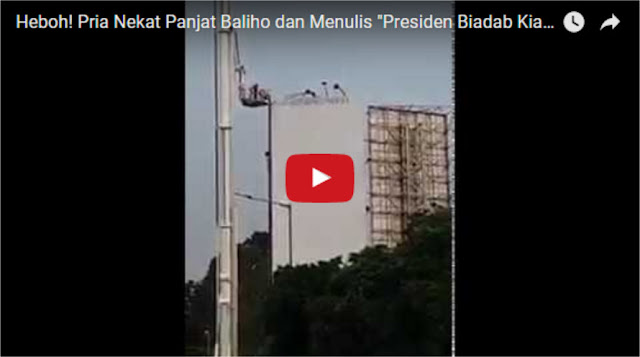 """Heboh! Pria Nekat Panjat Baliho dan Menulis """"Presiden Biadab Kianati Pancasila"""""""