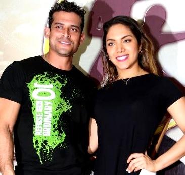 Foto de Christian Domínguez posando junto a Isabel Acevedo