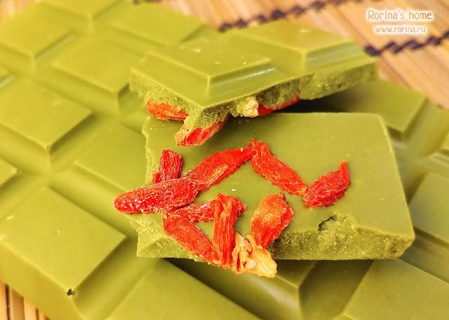 Ягоды годжи в плитке шоколада