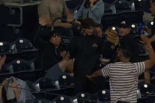 Padres fan makes great grab of Eric Hosmer foul ball 8/8/2019