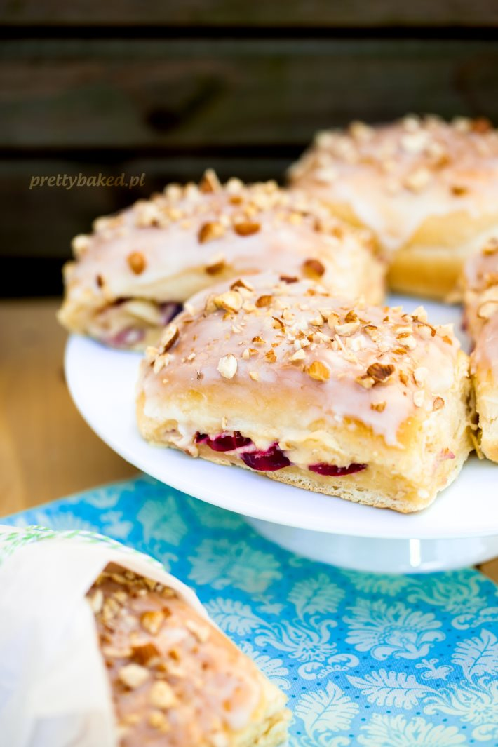 Yeast buns filled with mascarpone and plums