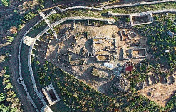Aydos Kalesi'nin içinde yapılan kazılarla ortaya çıkarılan kilisenin duvarları