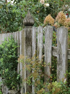 Holzzaun, Bauerngartenzaun, Zaunpfosten, Holz-Zaunpfosten mit Schnitzerei