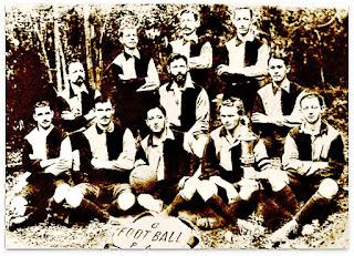 Time do Grêmio de 1906 e Troféu Wanderpreis - ao Fundo, o Mato Mostardeiro