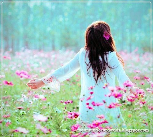 garota no campo florido