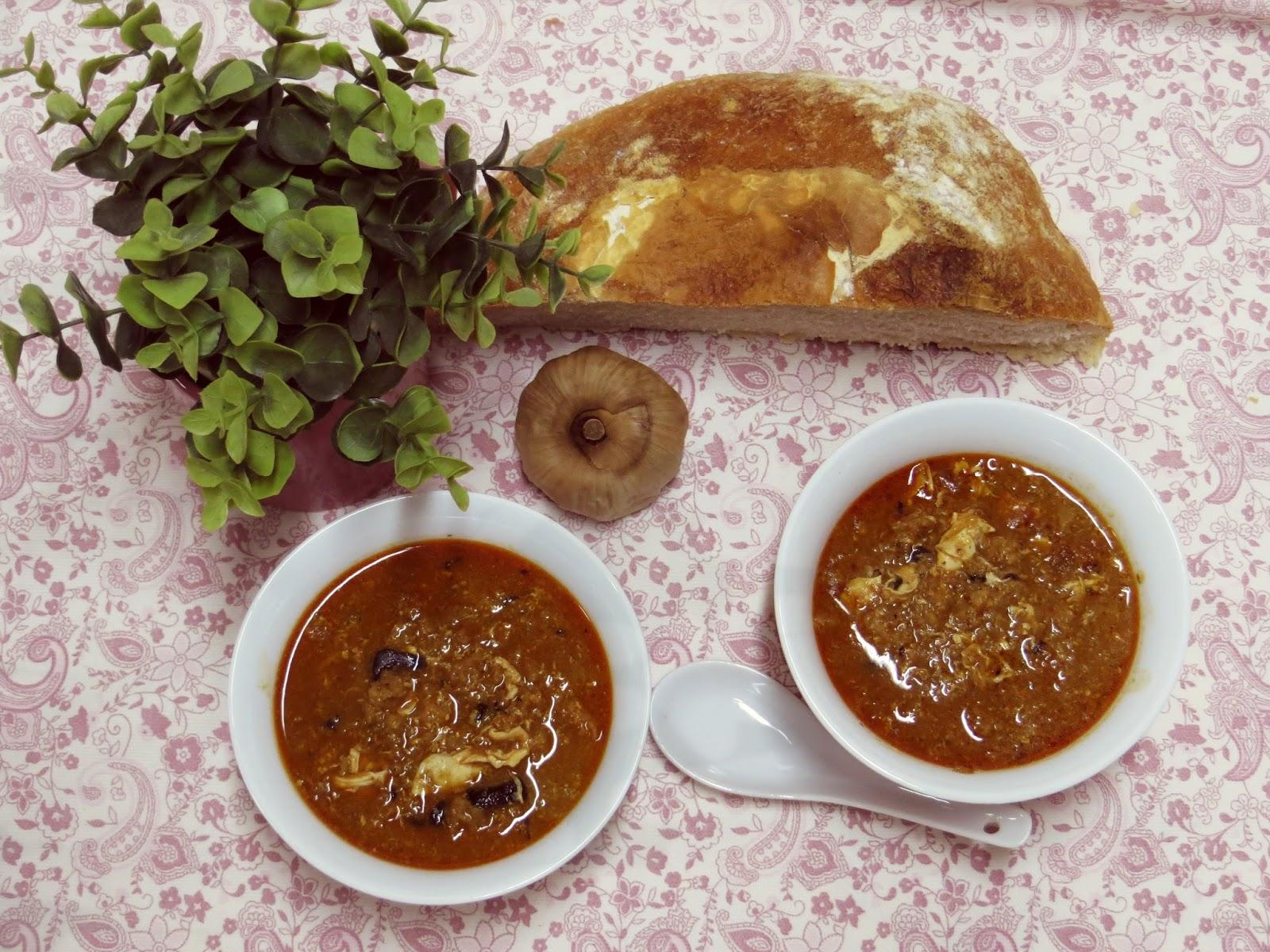 sopa de ajo negro con pan de pueblo
