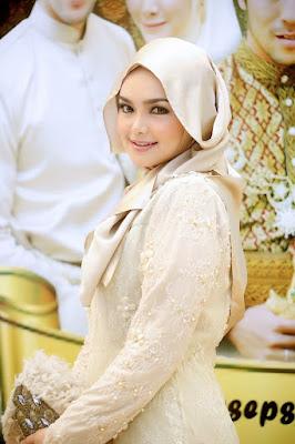 10 Style Batik Ala Seleb Berhijab yang Wajib Kamu Coba!