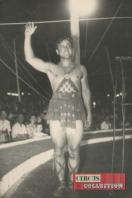 Darix Togni dans la piste du Cirque  Darix Togni 1954