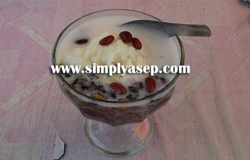 """MURAH : 1 gelas Bubur Kacang Ijo """"JODHA"""" dibandrol harga Rp.8.000,- saja, dengan rasa yang menyegarkan banyak orang yang suka.  Foto Asep Haryono"""