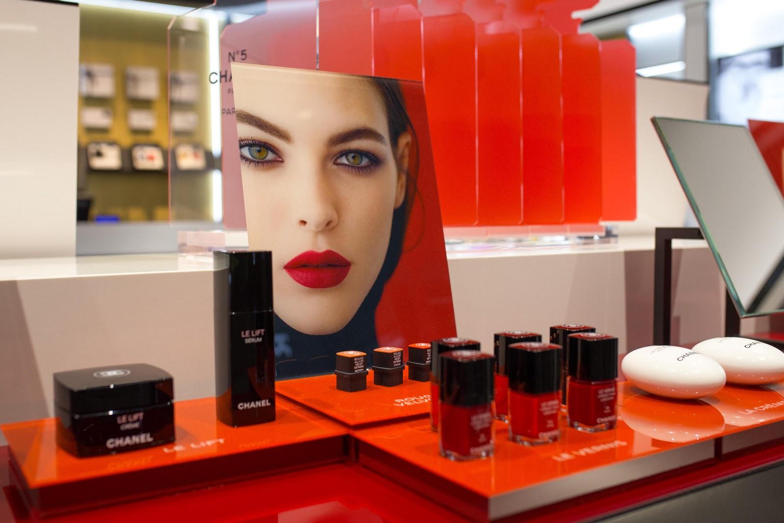 ae9fddb13c484 Butik podzielony jest tematycznie: makijaż, pielęgnacja i cała jedna ściana  zapachów. Na wprost od wejścia możemy obejrzeć nowości i kolekcje  limitowane ...