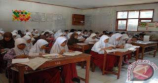"KEMDIKBUD--Setelah sempat mengalami kontroversi, pelaksanaan UN 2017 berbeda dengan tahun sebelumnya. Pada 2017, Kemdikbud mengurangi jumlah mata pelajaran yang akan diujikan dan siswa dipersilahkan memilih mata pelajaran yang disukainya. Selain itu juga diselenggarakan ujian sekolah berstandar nasional (USBN).  Mata pelajaran yang akan diujikan pada UN untuk jenjang SMP, yakni Matematika, Bahasa Indonesia, Bahasa Inggris, dan IPA. Sementara mata pelajaran yang diuji dalam USBN, yakni Pendidikan Agama, PPKN dan IPS.      Baca juga : Mendikbud Sebut Ujian Nasional (UN) Merampas Hak Guru  Sementara, untuk SMA mata pelajaran UN, yakni Matematika, Bahasa Indonesia, Bahasa Inggris, dan satu mata pelajaran pilihan sesuai jurusan. Untuk USBN, yaitu Pendidikan Agama, PPKn, Sejarah, dan tiga mata pelajaran sesuai program studi siswa.  Untuk jenjang SMK, mata pelajaran UN adalah Matematika, Bahasa Indonesia, Bahasa Inggris, dan Teori Kejuruan. Sementara untuk USBN, Pendidikan Agama, PPKN, dan Keterampilan Komputer. ""Kita fokus pada pendalaman materi ujian. Jadi pada UN tahun depan, materi yang diujikan lebih dalam, lebih lengkap sehingga hasilnya secara agregat lebih luas dan dalam,"" jelas Mendikbud Muhadjir Effendi.  Sumber : http://www.antaranews.com/berita/604201/kemdikbud-lakukan-pengadaan-40000-unit-komputer-baru  Mulai 2017, Jumlah Mata Pelajaran UN Dikurangi dan Siswa Bebas Memilih Mata Pelajaran yang Disukainya  Mendikbud Muhadjir Effendi"