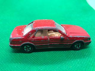 日産 ブルーバード のおんぼろミニカーを側面から撮影