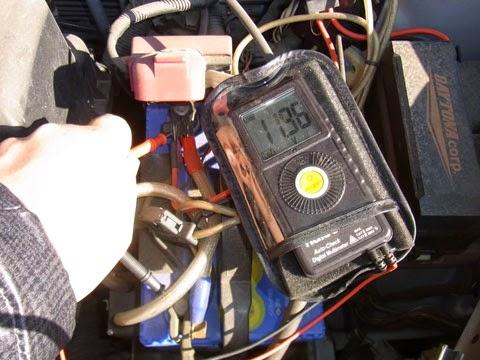 ファンカーゴのバッテリーの状態。放電が進み結構やばい状態になっています。