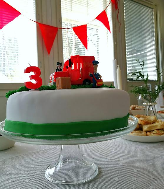 Saippuakuplia olohuoneessa- blogi, Kuva Hanna Poikkilehto, Syntymäpäiväjuhlat, Postimies Pate, Leivonta, Kakku, Juhlat