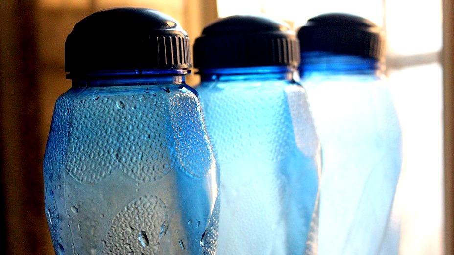 Tips cara membersihkan bagian dalam botol yang kotor tanpa sikat dan tanpa zat kimia dengan cepat
