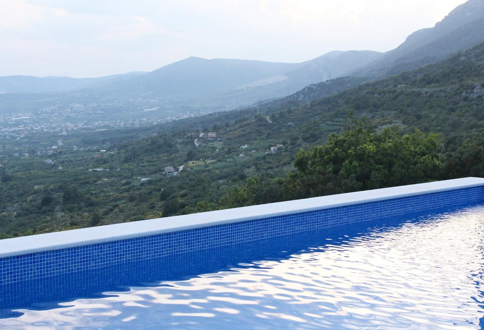Unser wunderschöner Pool in Kroatien und die mitteldalmatinische Landschaft