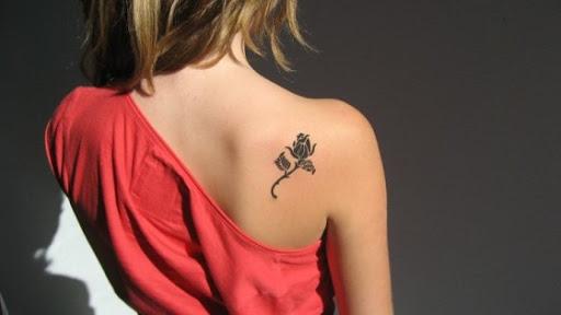 Preta pequena flor Tatuagem Ideia para as Meninas