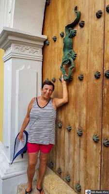 Aldrava de iguana na porta histórica de Cartagena - O que fazer em Cartagena, Colômbia